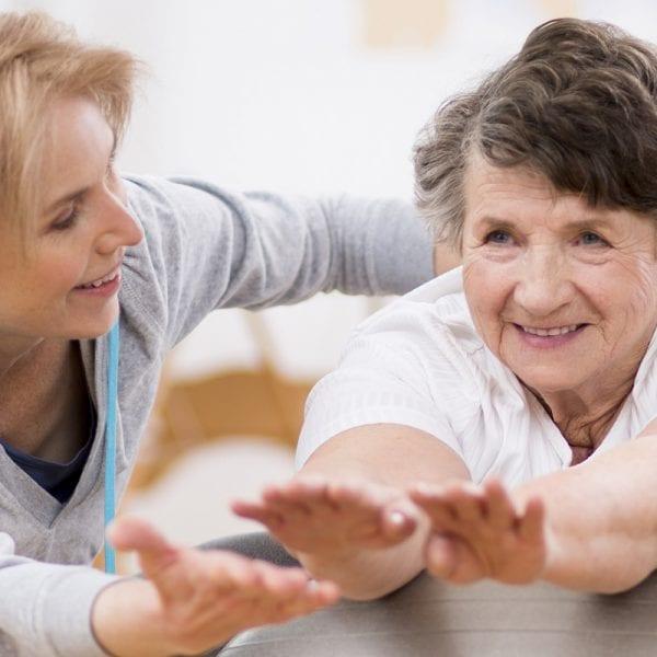 Ventajas de contratar un cuidador para personas mayores en casa